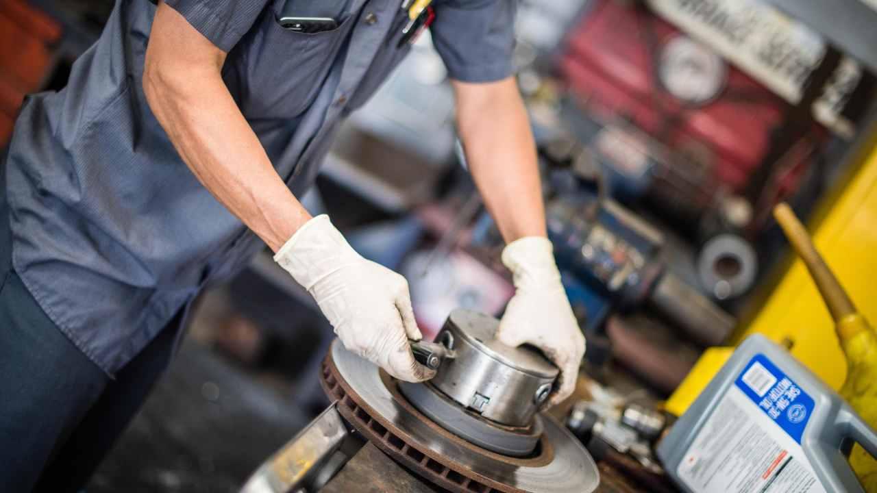 Bosch mechanic fixes breaks